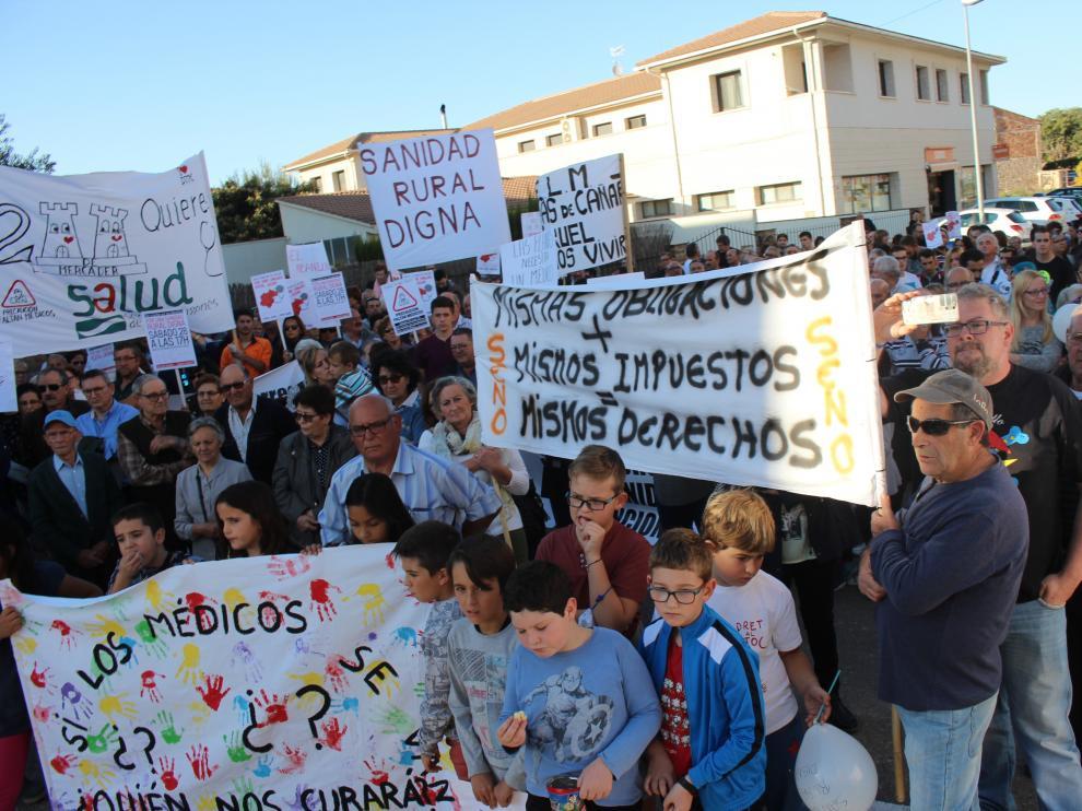 Cada municipio afectado portó su propia pancarta para mostrar su malestar por los recortes