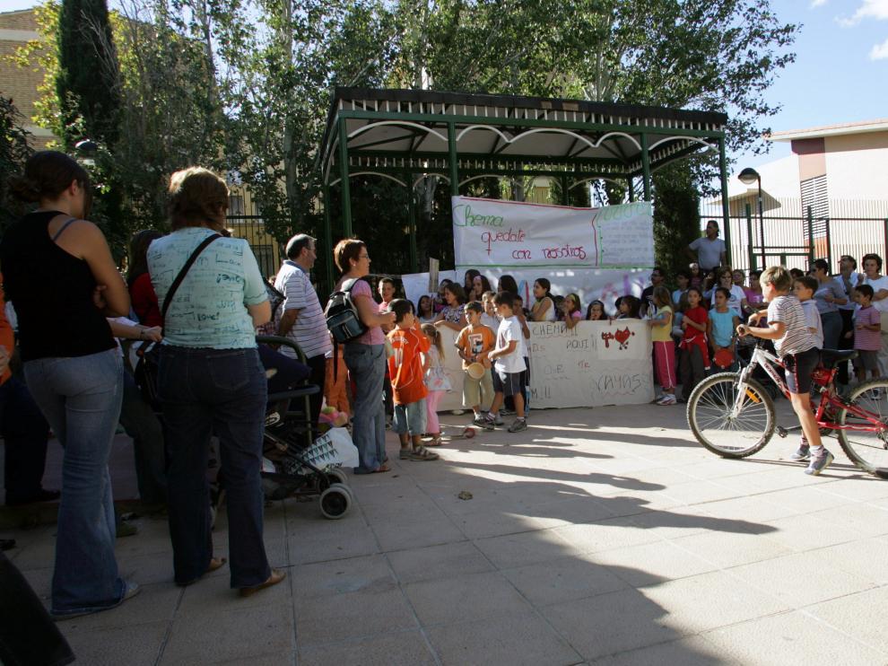 """Protesta en el barrio de Miralbueno en 2005 por el traslado de un educador del Centro Municipal de Tiempo Libre """"Birabolas""""."""