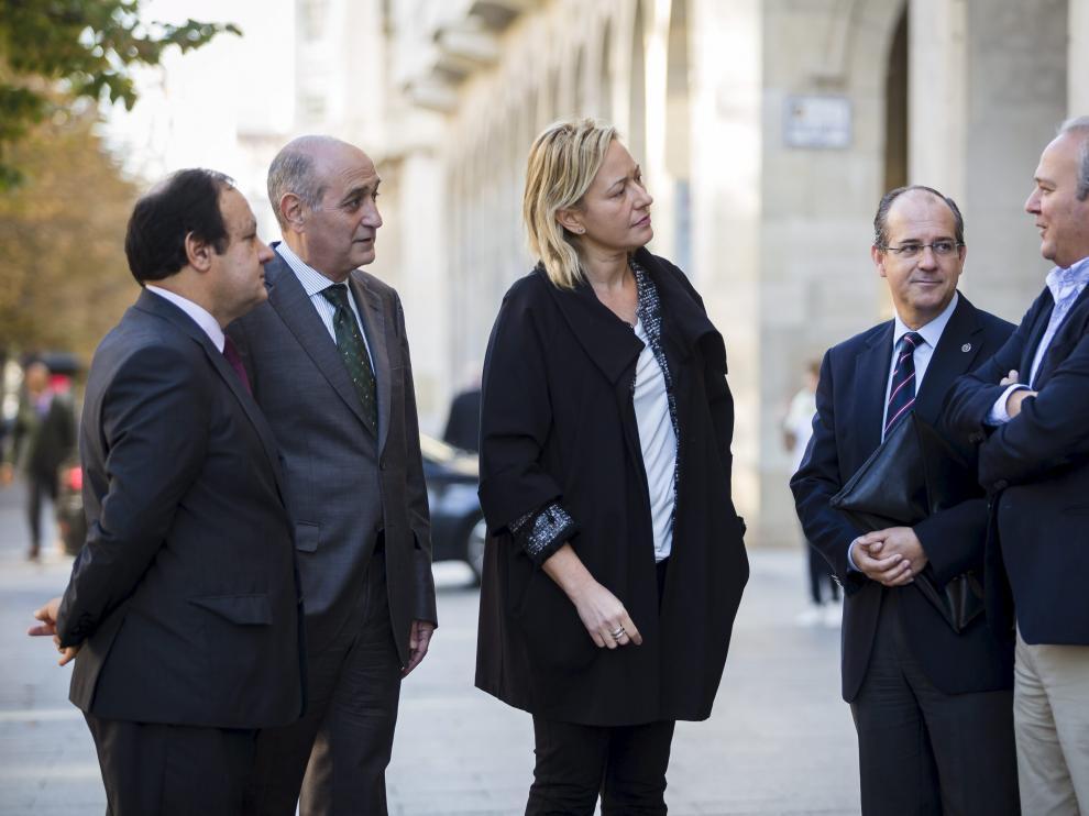 De izquierda a derecha, José Miguel Sánchez, Fernando Callizo, Marta Gastón, Javier Nieto y Jorge Moncada, en el paseo de la Independencia de Zaragoza.