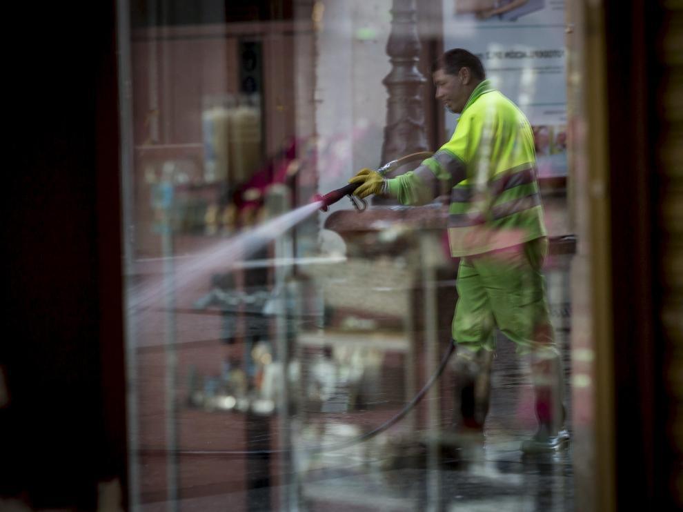 Un operario de FCC hace labores de limpieza en la calle de Alfonso I de Zaragoza.