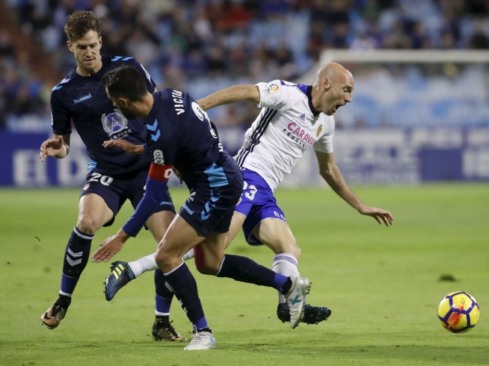 Toquero intenta marcharse de Viti y Señé en el partido de este pasado viernes ante la Leonesa.