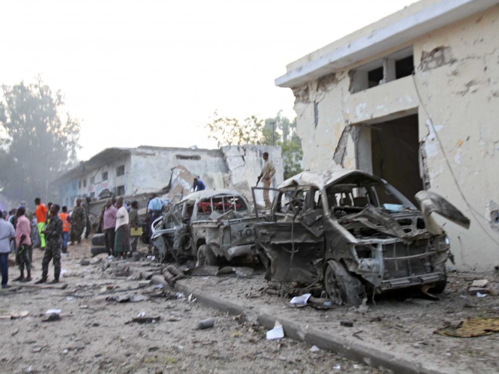 Destrozos causados por los dos coches bomba que explotaron  en Mogadiscio este sábado.