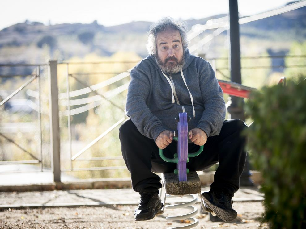 Roberto Montañés saca su yo infantil en el parque de los juegos de Luco.