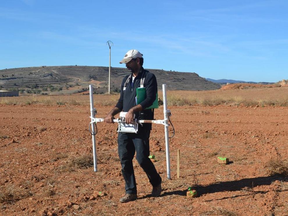 Gradiómetro. Imagen de la prospección magnética mediante gradiómetro en Cutanda. Este aparato permite detectar la variación vertical del componente magnético de un terreno, por lo que puede localizar objetos metálicos y zonas donde se han producido movimiento de tierras y combustión.