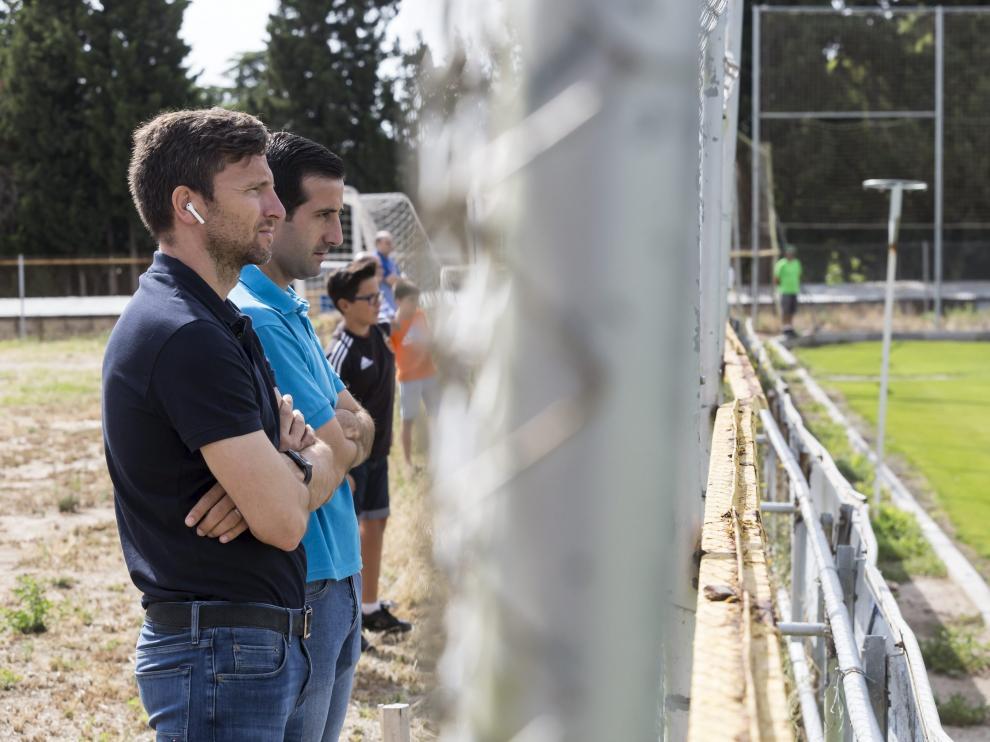 Lalo Arantegui y José Mari Barba observan un entrenamiento del Real Zaragoza