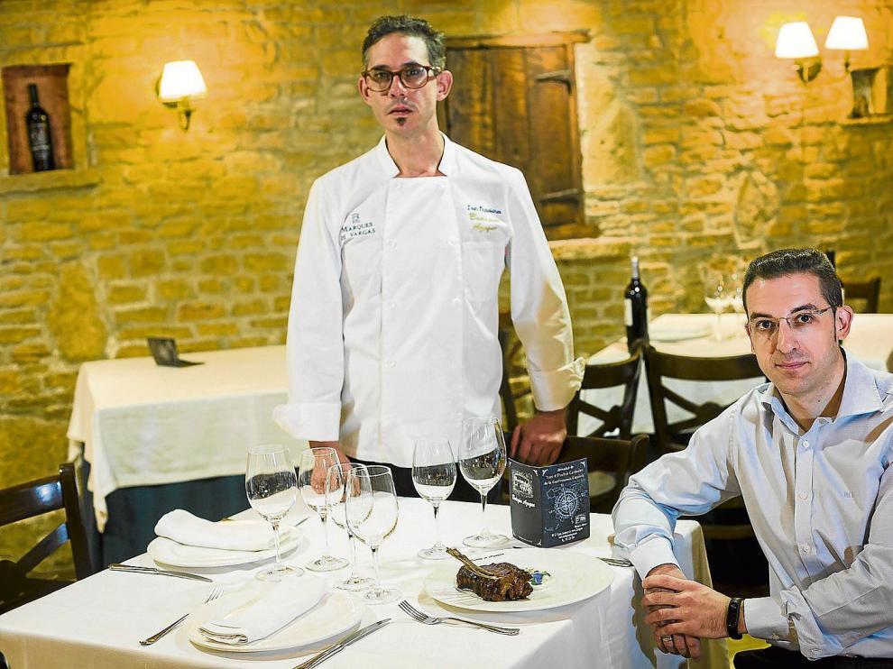 Iván Trasobares, chef del restaurante Bodegón Azoque, y el jefe de sala y sumiller, José María Fontanellas.