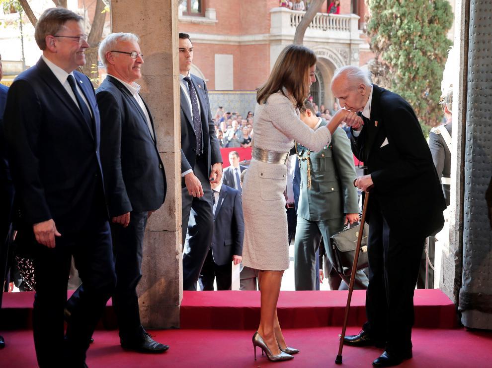 La Reina ha llegado a la Lonja de Valencia donde le esperaban el presidente de la Generalitat, Ximo Puig; el alcalde de Valencia, Joan Ribó y el presidente de la Fundación Premios Rey Jaime I, Santiago Grisolía.