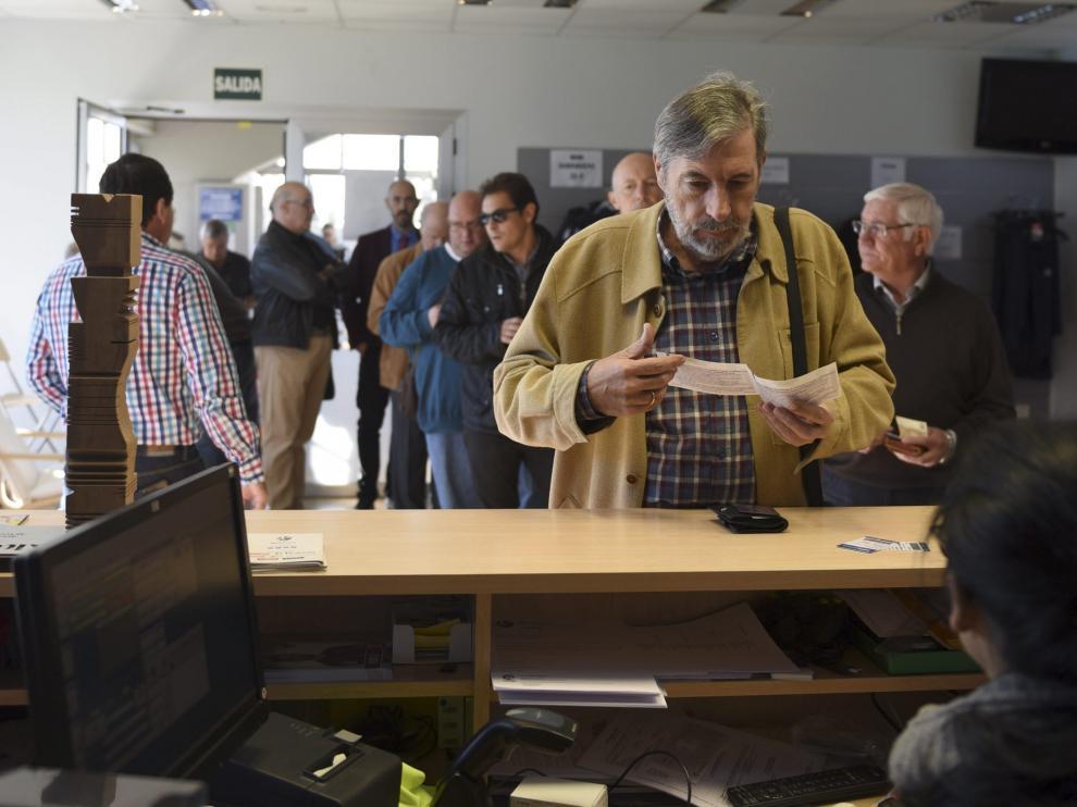 Un aficionado compra dos entradas para el derbi en las taquillas de El Alcoraz.
