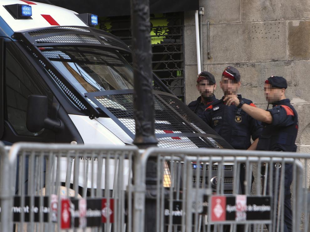 La policía autonómica catalana a las puertas del Palau.