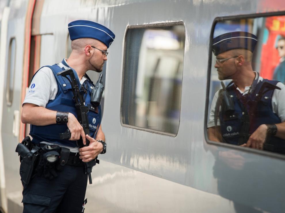 Fotografía de archivo del 22 de agosto de 2015, un oficial de policía hace guardia en un andén de los trenes Thalys en la estación de Bruselas.