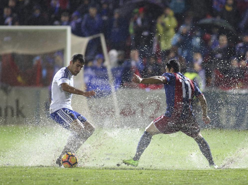 Alberto Zapater y el hoy zaragocista Vinícius pugnan por un balón durante el último derbi entre Huesca y Real Zaragoza en El Alcoraz.