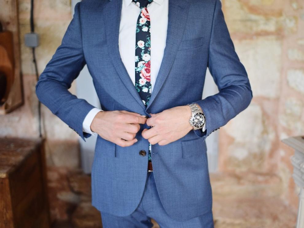 El azul es una de las propuestas que los distintos diseñadores de moda nupcial masculina han subido a las pasarelas.