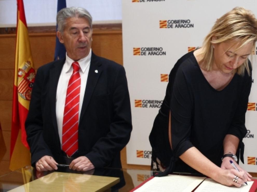 La consejera de Economía, Industria y Empleo, Marta Gastón, firma con los presidentes de CEOE y CEPYME en Aragón, Fernando Callizo y Aurelio López de Hita, sendos convenios de colaboración