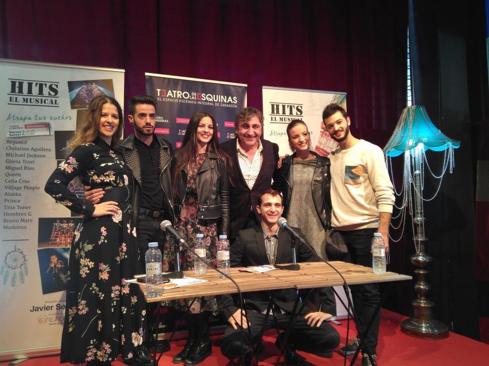 Parte del equipo del musical 'Hits', en la presentación de este lunes en el Teatro de las Esquinas de Zaragoza.