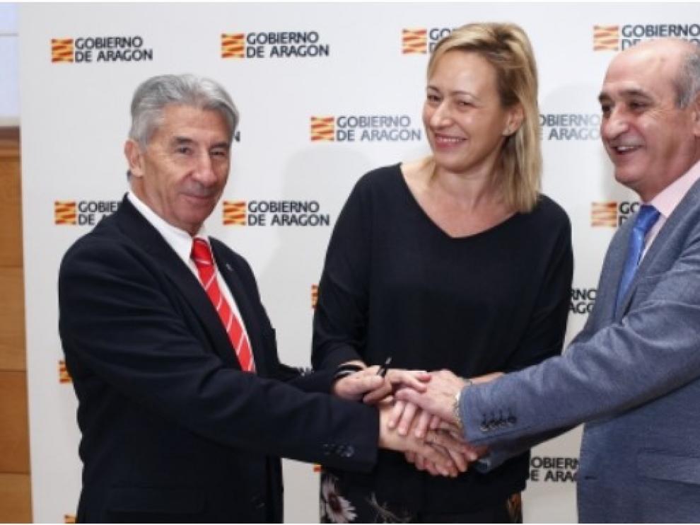 La consejera de Economía Marta Gastón, con los presidentes de CEOE y CEPYME en Aragón, Fernando Callizo y Aurelio López de Hita.