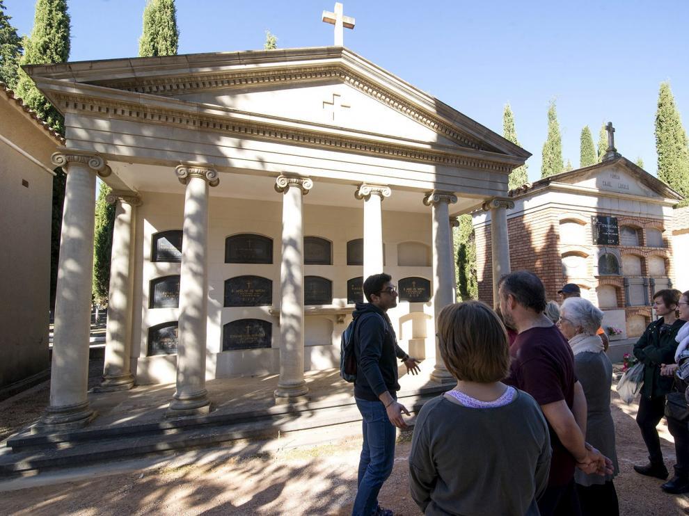 El panteón de la familia Pié, que reproduce la portada de estilo griego del teatro Olimpia.