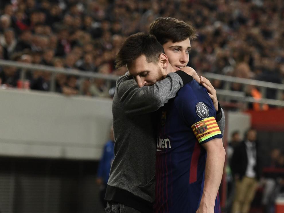 Un fan abrazó a Messi cuando se disponía a sacar un córner