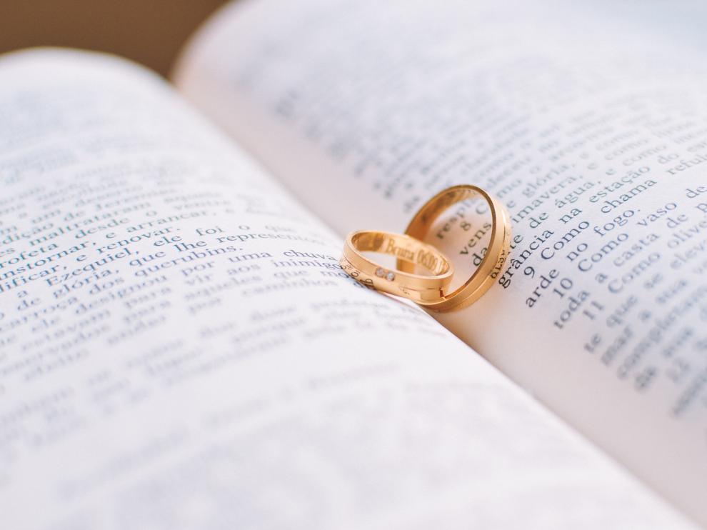 El intercambio de anillos suele estar presente tanto en las bodas civiles como en las religiosas