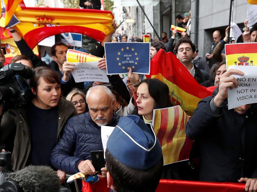 """Un centenar de personas despiden a Puigdemont en Bruselas al grito de """"Viva España y visca Cataluña""""."""