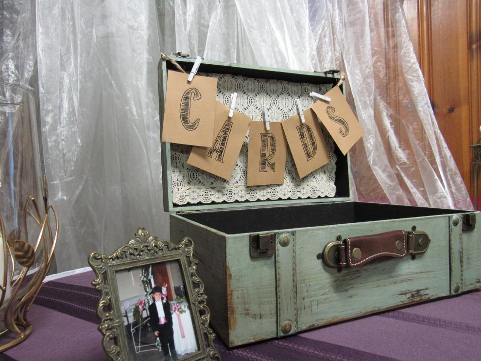 Muchas parejas colocan baúles para que los invitados puedan dejarles sus mensajes de felicitación.