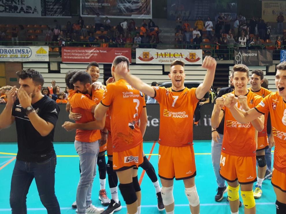 Los jugadores del CV Teruel celebran la victoria
