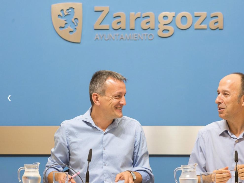 Fernando Rivarés y Carmelo Asensio, en la presentación de la Ofizina de la Lengua Aragonesa.