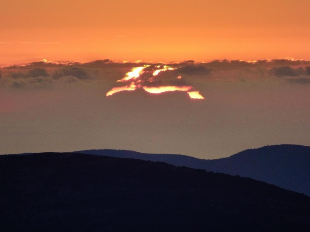 La silueta del Puig Major mallorquín, delante del disco solar, inmortalizada desde el Puntal del Tamborero, en el Maestrazgo turolense.