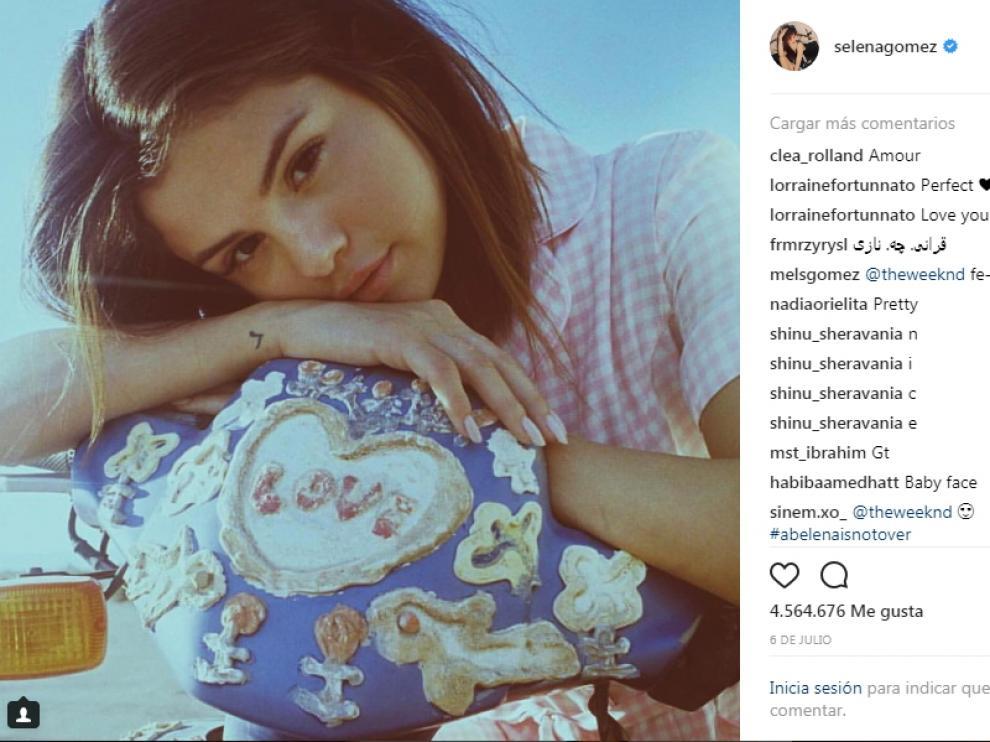 Selena posa así de romántica en su perfil.