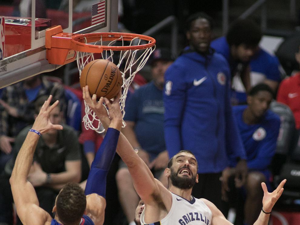 El pívot español Marc Gasol, de los Grizzlies de Memphis, disputa el balón con Blake Griffin.