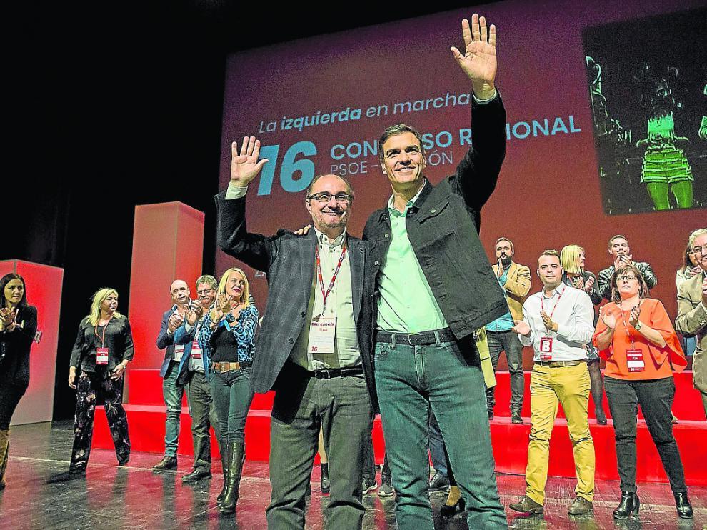 Javier Lambán y Pedro Sánchez saludan a la militancia, ayer, en el Palacio de Congresos.