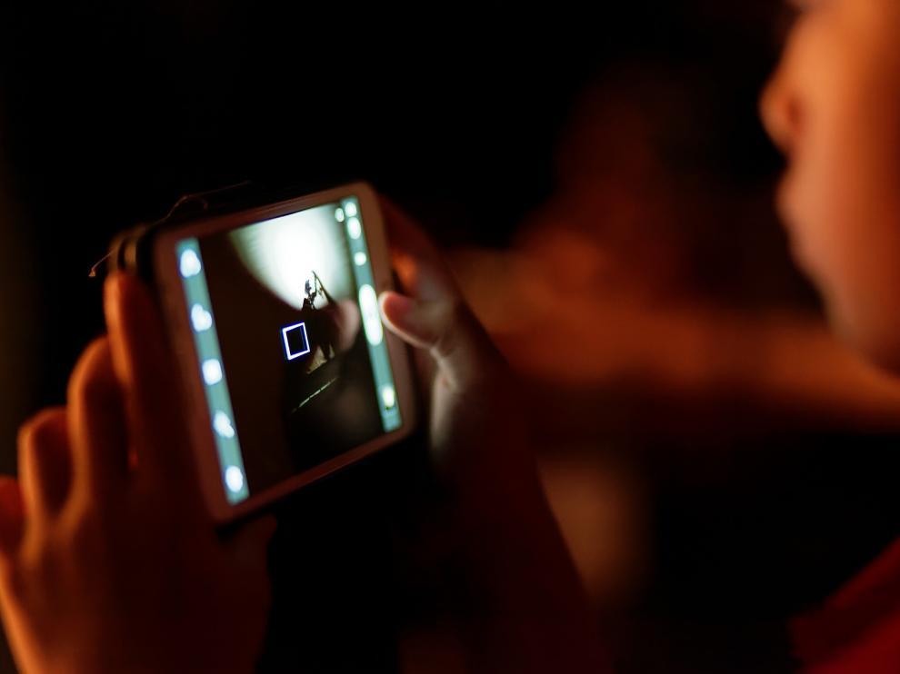 Los jóvenes utilizan el móvil todo el tiempo y no duermen al lado del aparato porque lo usen como despertador, sino también porque es su entretenimiento antes de dormir.