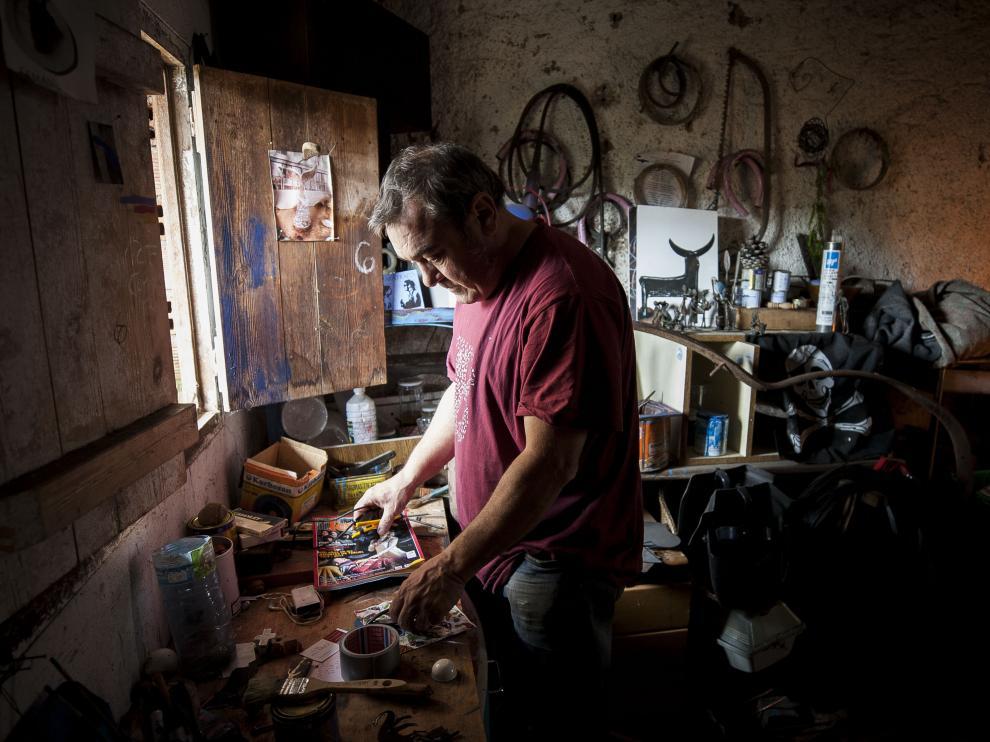 José Azul, en su taller de Burbáguena.