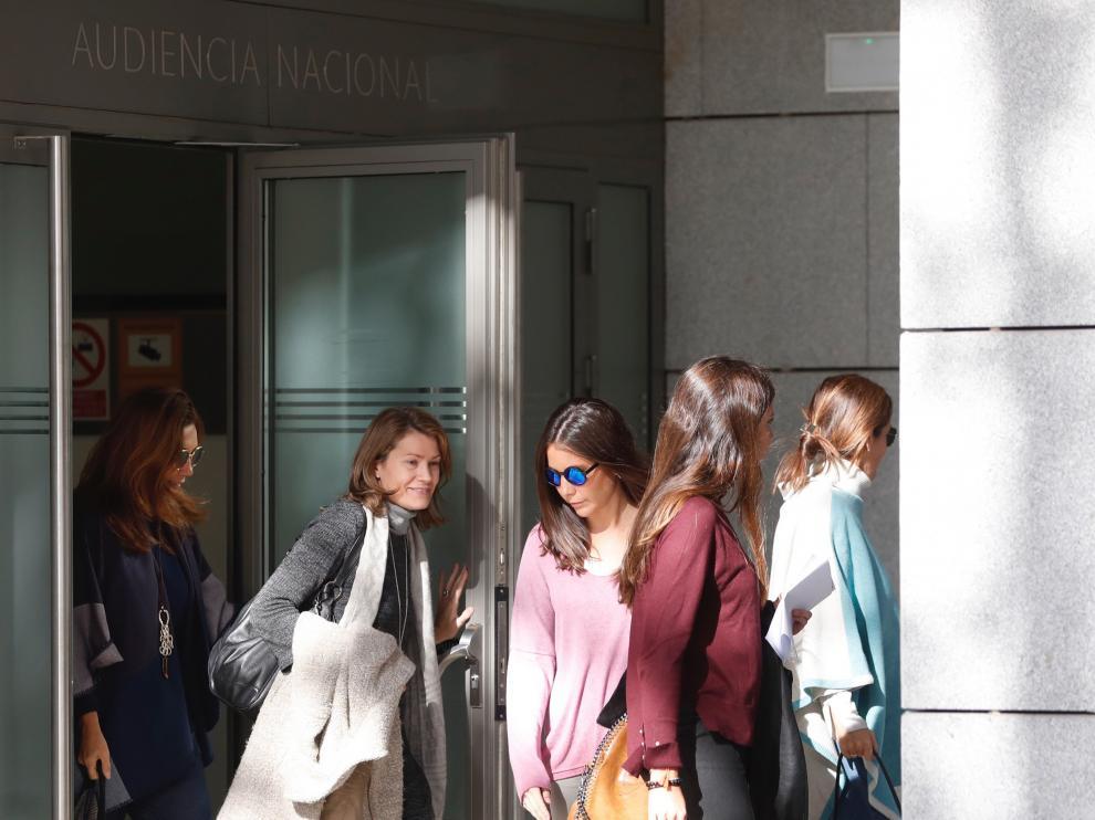 Familiares del expresidente de la Comunidad de Madrid, Ignacio González, a la salida de la Audiencia Nacional