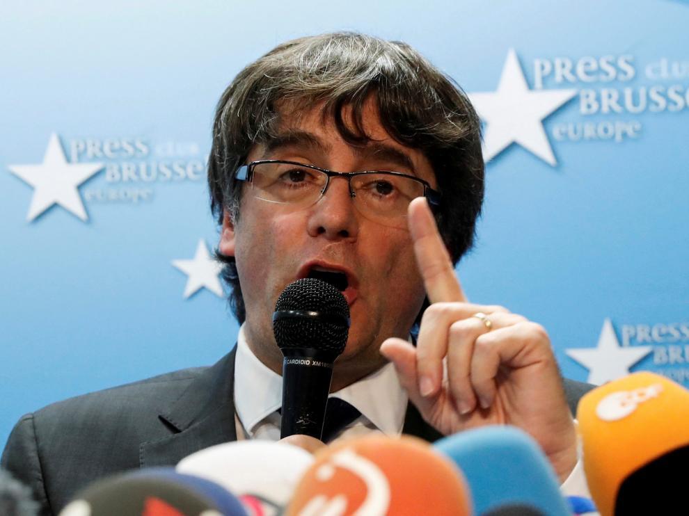 Puigdemont atendiendo a los medios de comunicación en Bruselas