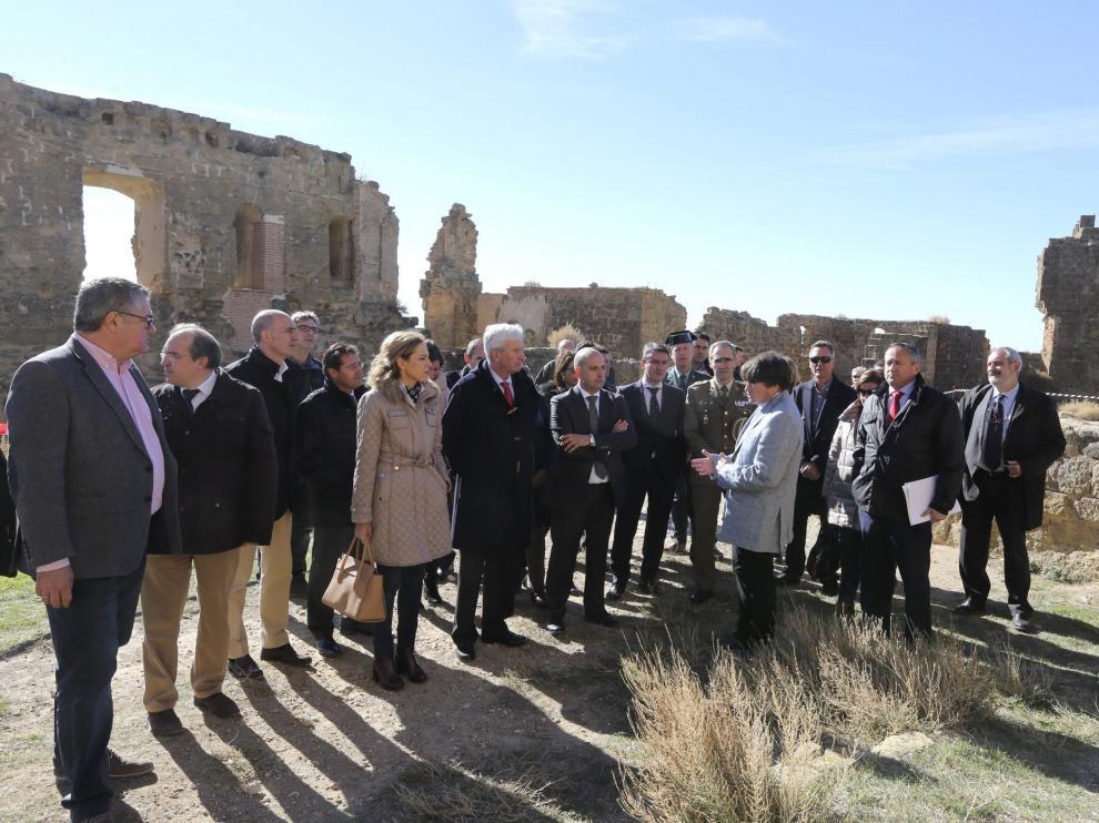 La firma de la encomienda congregó en el castillo a numerosas autoridades.
