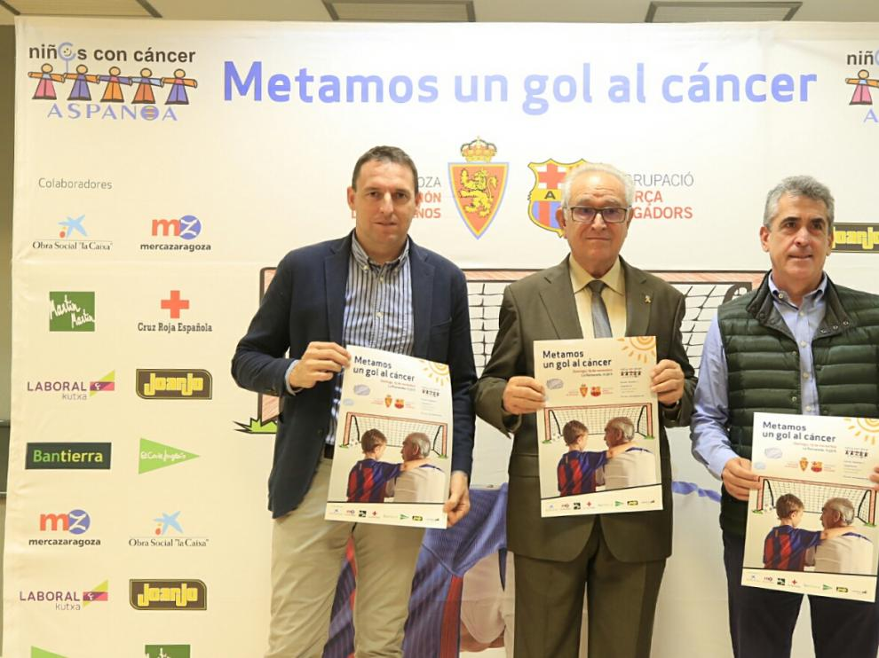 Luis Carlos Cuartero (Real Zaragoza), Miguel Casaus (Aspanoa) y Jesús Glaría (Veteranos Real Zaragoza), en la presentación del partido de Aspanoa.