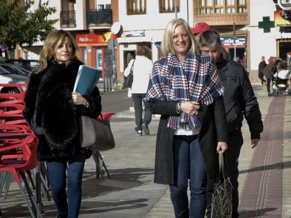 La alcaldesa, Rosario Cabrera –en el centro–, junto a su abogada, ayer en La Almunia.
