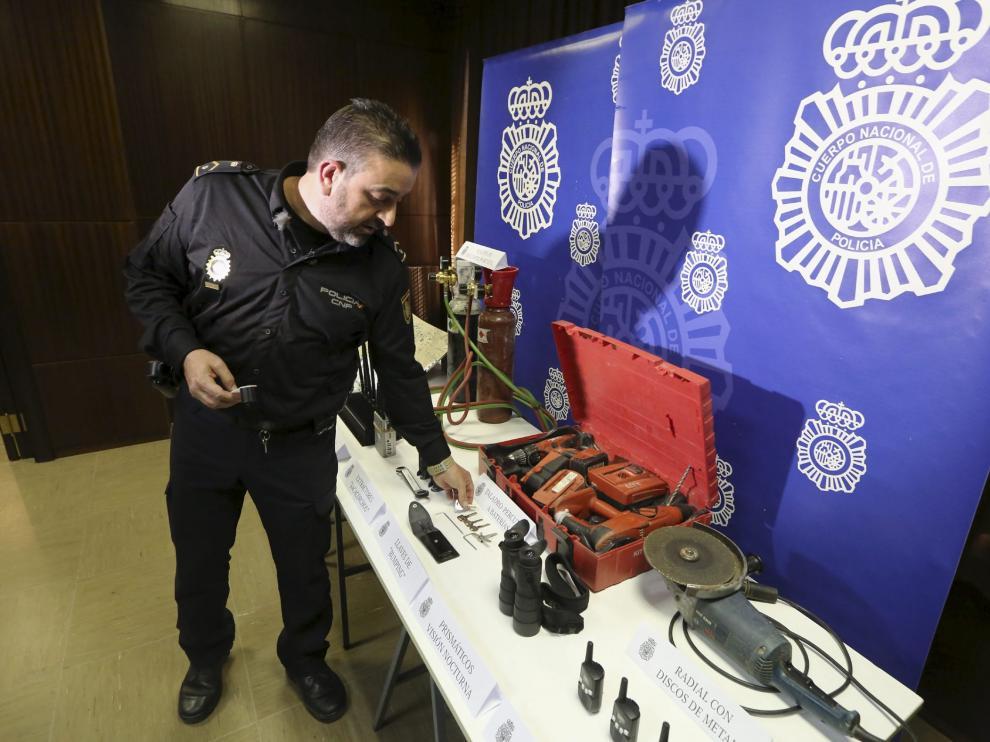 El subinspector Sergio Lacasa muestra las herramientas encontradas a los detenidos.