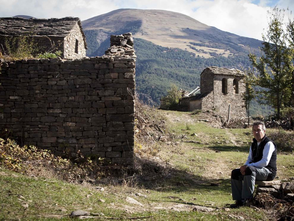 Antonio Sanz –en el centro de Ayerbe de Broto–.