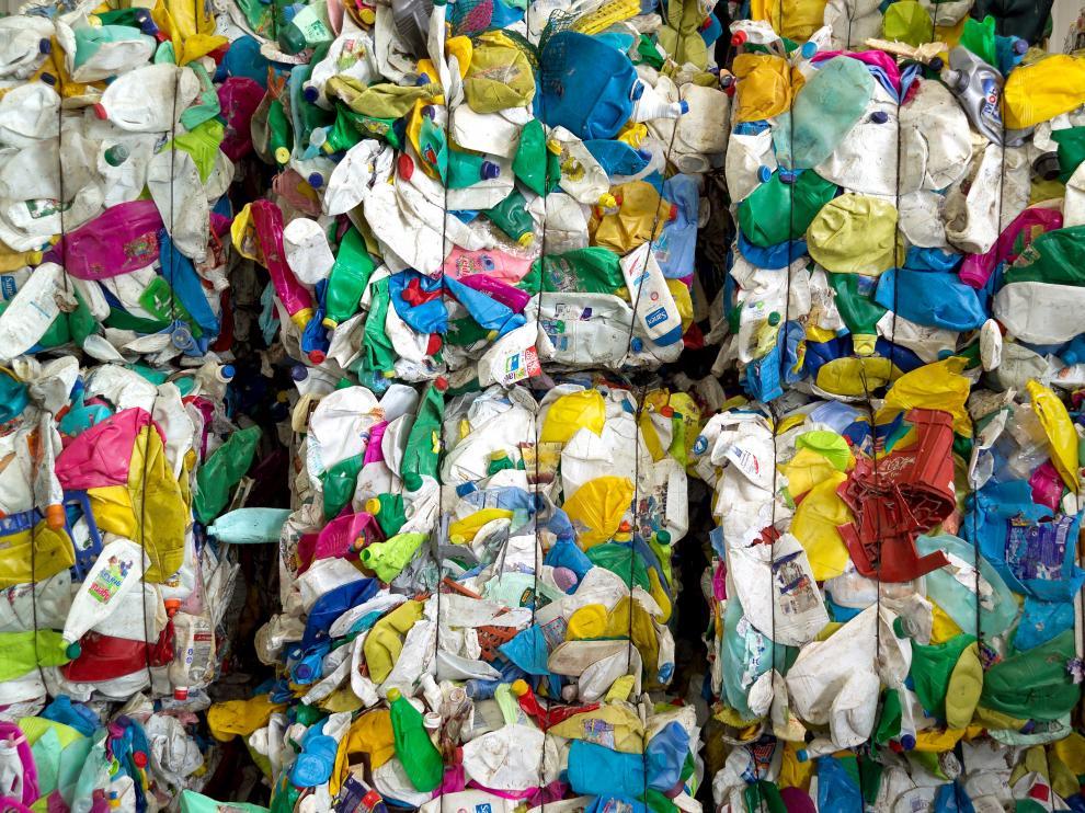 Bala de envases de plástico en una planta separadora