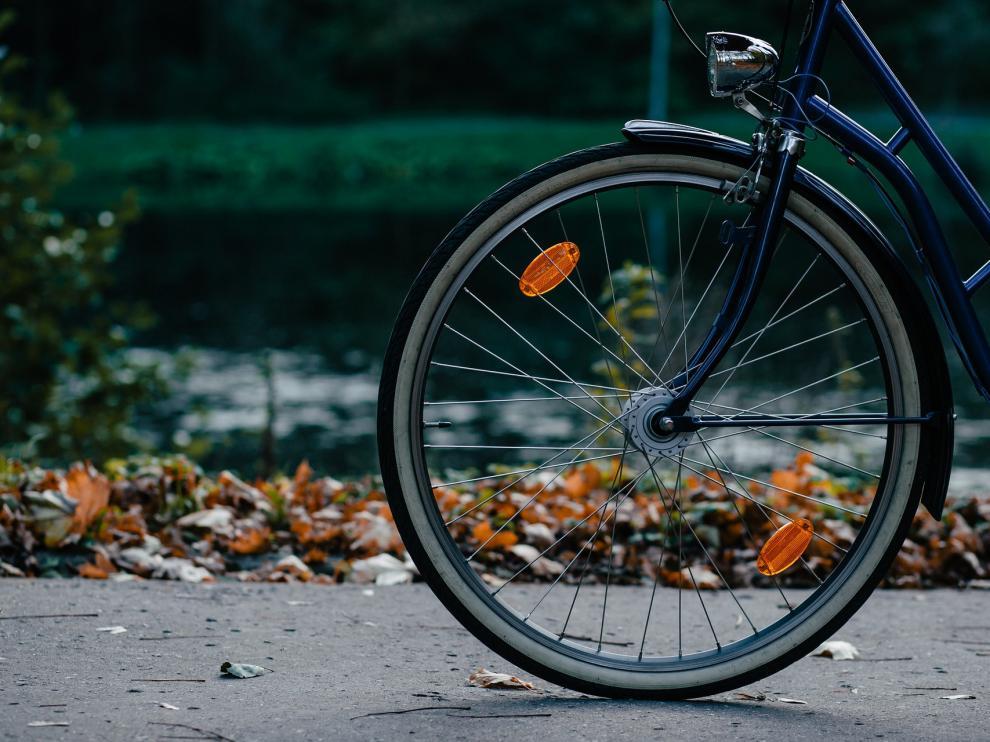 Foto de archivo de una rueda de una bicicleta.