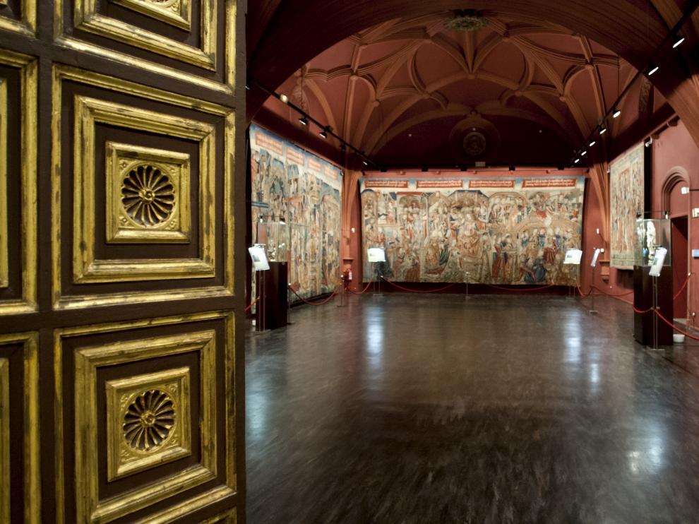 Entrada a las salas del Museo de Tapices de La Seo, en Zaragoza.
