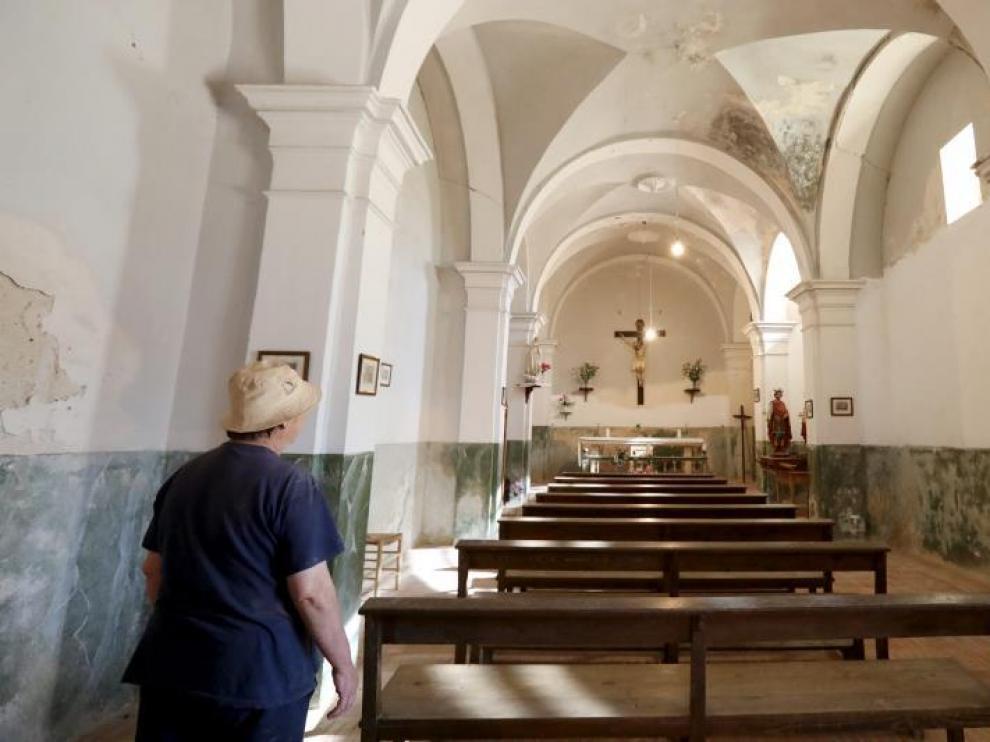 Una feligresa recorre la iglesia de Toril, sin misas en invierno.