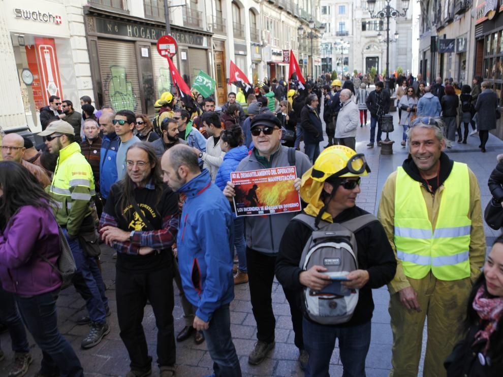 Manifestación de trabajadores forestales de Sarga en el centro de Zaragoza.
