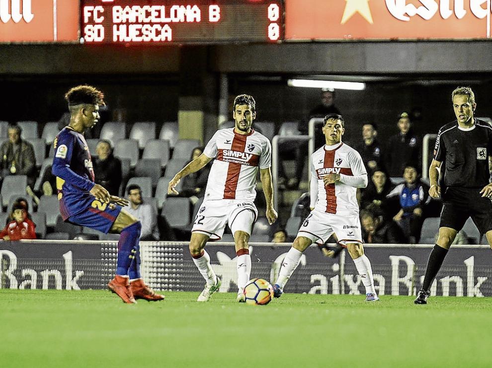 Lluís Sastre y Chimy Ávila atienden al balón ante el control de Vitinho. Junto a ellos el árbitro.