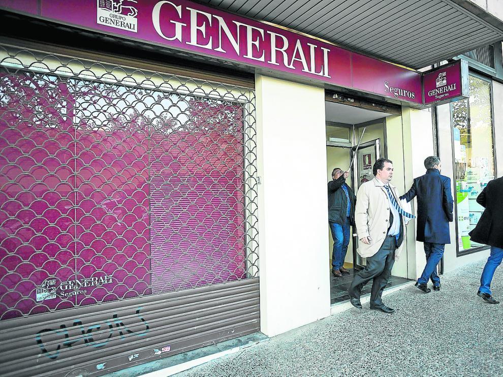 Los trabajadores de la oficina de Las Delicias donde ayer se recibió el último paquete tuvieron que cerrar a la una de la tarde.