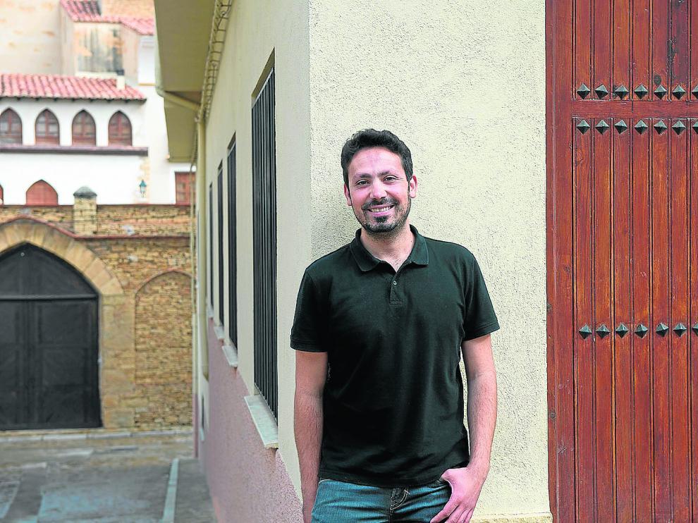 Alejandro Centelles, en la puerta de su secadero de jamones. Al fondo, el gran palacio Matutano-Daudén