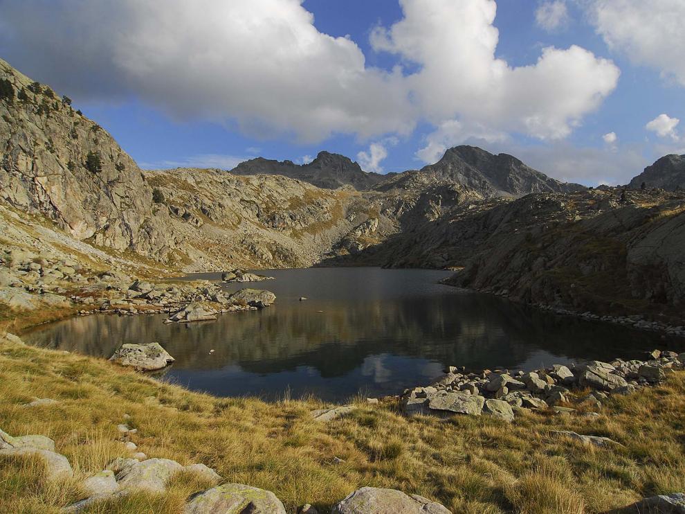Vista del ibón embalse de Brazato (2.432 m de altitud).