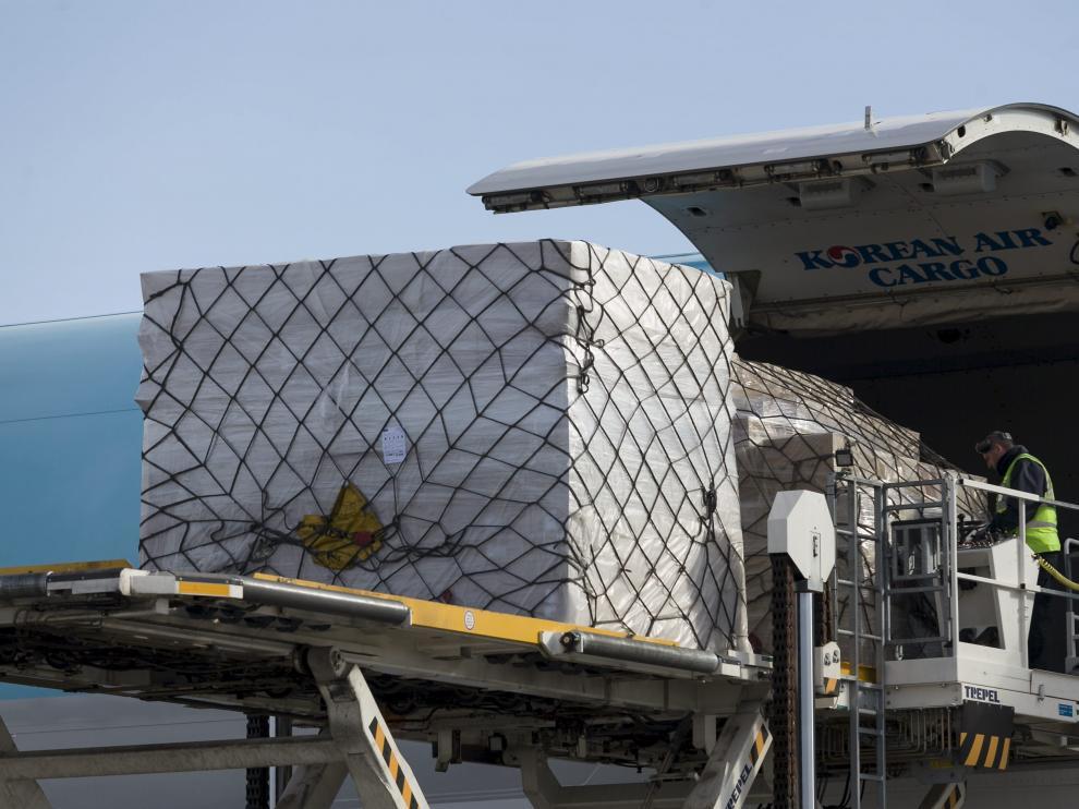 Una plataforma, con capacidad para 14.000 kilos, eleva la mercancía  hasta la bodega principal del Jumbo de Korean Air. La carga y descarga de un aparato de este tamaño se alarga más de hora y media gracias a la pericia del personal de las compañías de handling de Groundforce y Swissport.