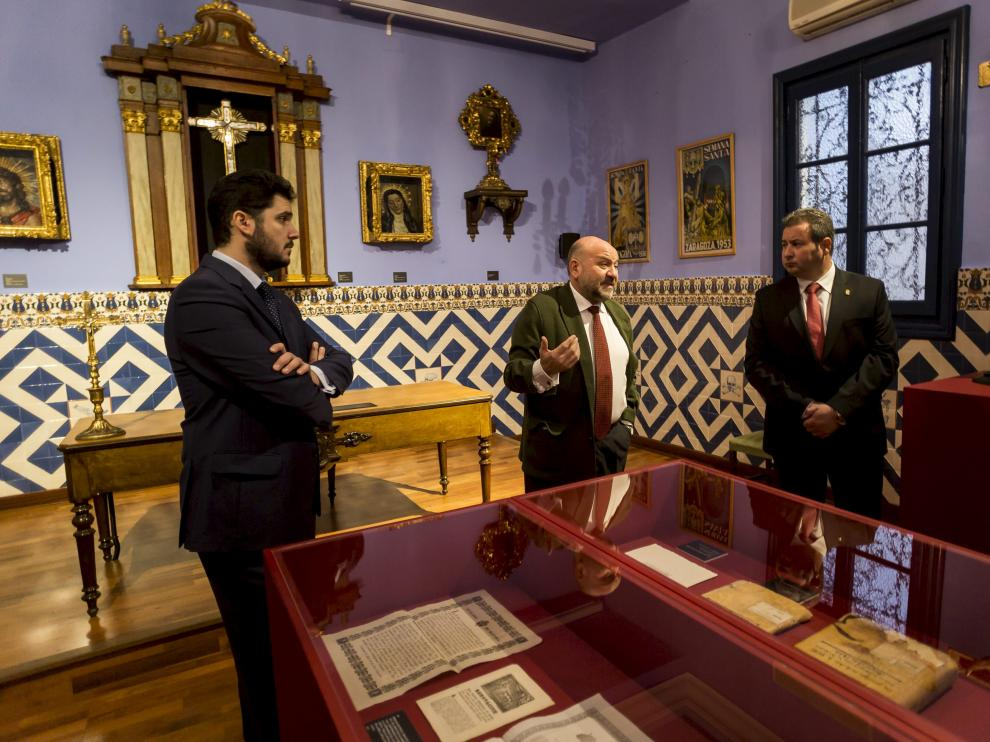 Ignacio Navarro, Wifredo Rincón e Ignacio Giménez, presidente de la Hermandad, en la sala capitular, comentando detalles de alguna de las piezas